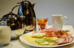 Detail Frühstück mit Kaffee, Tee, Milch, Wurst, Käse,Tomaten